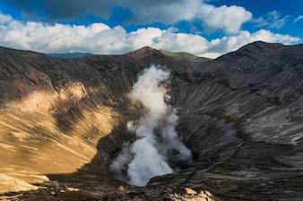 Bromo Tengger Semeru国立公園、インドネシア東ジャワ州のブロモ山火山の噴火口