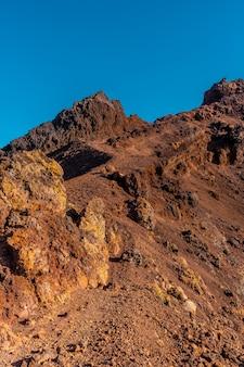 Кратер вулкана тенегия с маршрута извержения вулканов, остров ла пальма, канарские острова. испания