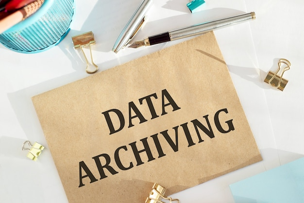オフィスデスク、コンセプトにデータアーカイブノート付きのcravt封筒。
