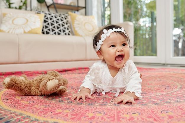 クロールの女の赤ちゃん