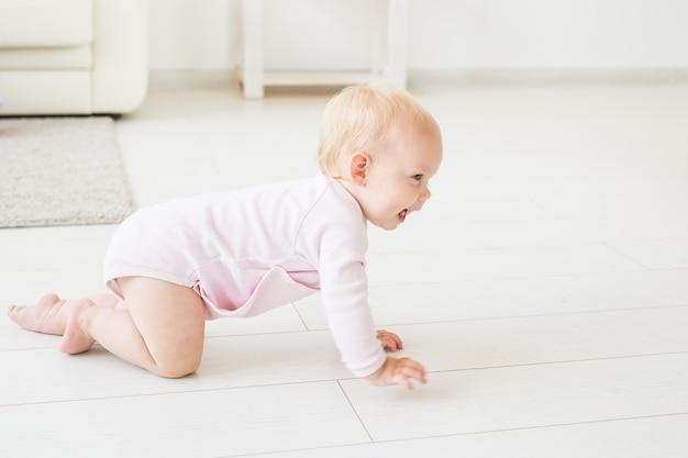 집에서 실내 재미 아기 소녀 크롤링.