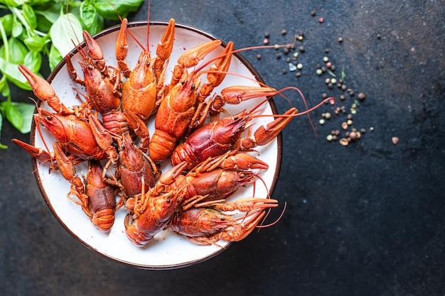 ザリガニの新鮮なゆでシーフード甲殻類は、テーブルの上で食事の軽食を食べる準備ができていますコピースペースの食べ物