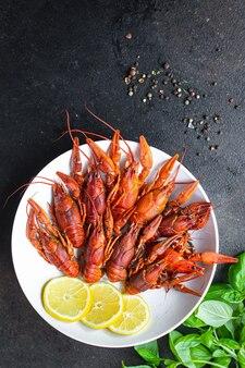 왕새우 신선한 스낵 해산물 삶은 붉은 갑각류는 테이블 복사 공간 음식에서 식사를 할 준비가