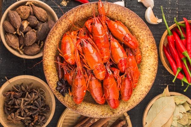 Рак. красные вареные раки на столе в деревенском стиле, крупный план омаров.