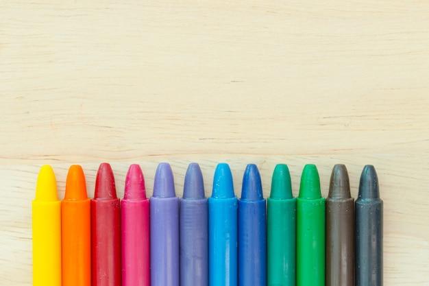 Цвет карандаша на фоне дерева с копией пространства