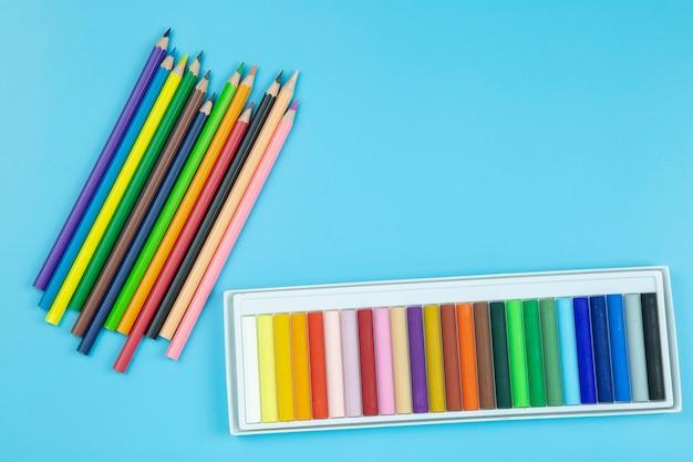 Crayon на синем фоне пастельный стиль