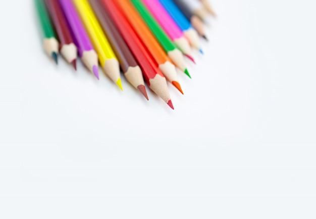 Покрашенные карандаши crayon изолированные на белой предпосылке.