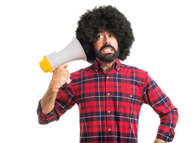 Сумасшедший афро-человек с мегафоном