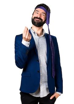 Сумасшедший и пьяный бизнесмен, делающий денежный жест