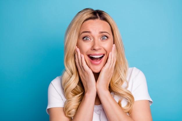 クレイジー驚いたファンキーな女性が口を開けて叫ぶomgの反応を喜ぶ