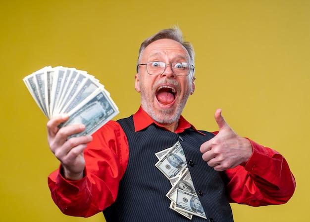 엄지 손가락을 포기하는 달러 지폐를 감탄하는 미친 사업가