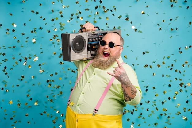 미친 뚱뚱한 남자는 떨어지는 뱀과 파란색 배경 위에 붐 박스 쇼 경적 기호를 수행