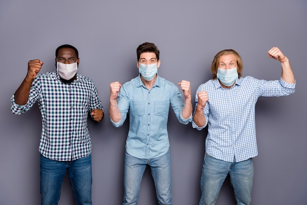 クレイジーフットボールファンの男は仲間をサポートしますサッカーワールドファイナルカップはコロナウイルスでチームの勝利を祝います検疫着用呼吸マスクカジュアル服孤立した灰色の背景