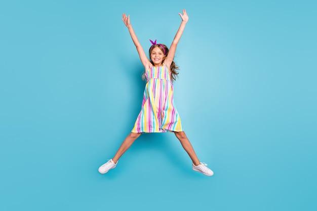 クレイジーファンキーな女の子のジャンプは夏の楽しみをリラックスさせる