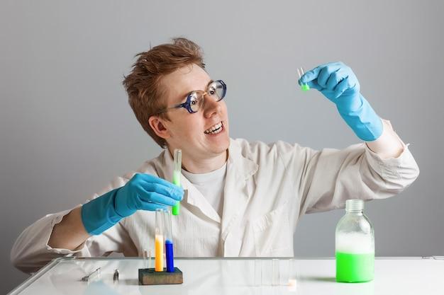 クレイジーな面白い赤髪の科学者の化学者。科学で発見した。