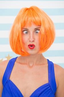 Сумасшедшая девушка с оранжевыми волосами, сумасшедшие эмоции на лице девушки, чувства и эмоции, концепция сумасшедшая