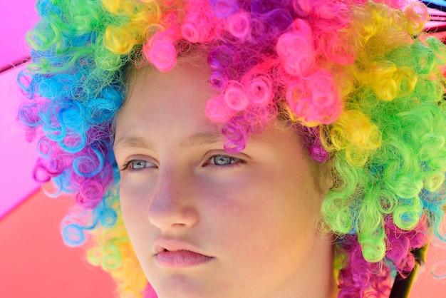 クレイジーヒップスターの女の子。カラフルな髪のかつら傘を持つファッションの女の子。サマーキャンプの子供。幸せな青年パーティー。秋の天気。楽観主義者。ポジティブで陽気な。春の雰囲気。誕生日会。