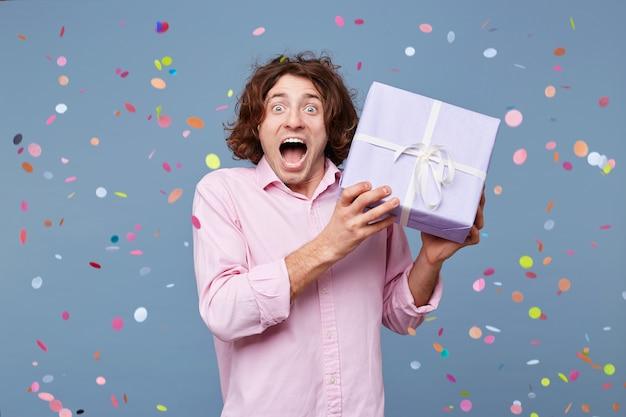 クレイジーな喜び、とても楽しい、幸せ、インスピレーションは誕生日の男を感じます