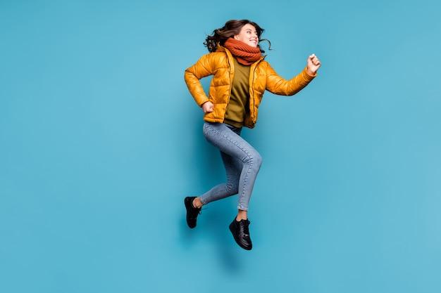ハイランニングをジャンプする狂った女性
