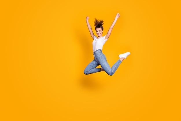 Сумасшедшая дама прыгает высоко