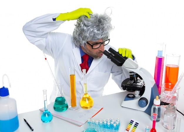 実験室の顕微鏡でクレイジーマッドオタク科学者