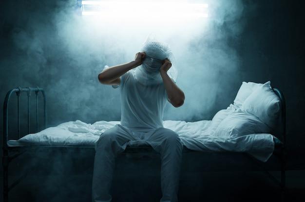 Сумасшедший, бессонница, темная задымленная комната. психоделический человек, имеющий проблемы каждую ночь, депрессия и стресс, грусть, психиатрическая больница