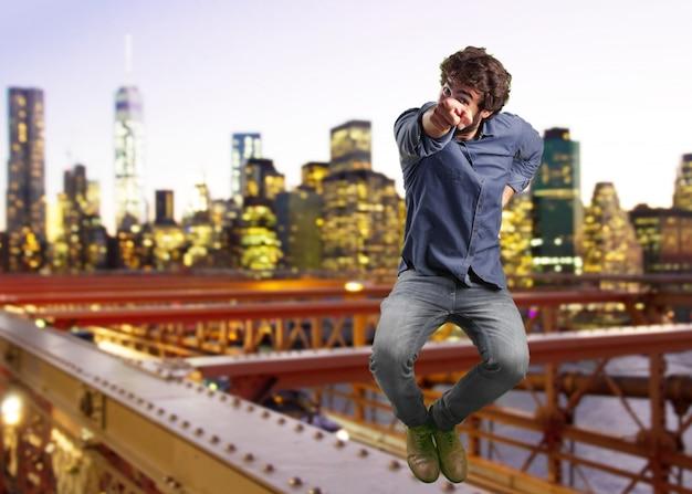 미친 사람 점프. 놀란 표정