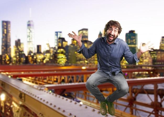 Сумасшедший человек прыгает. удивлен выражение