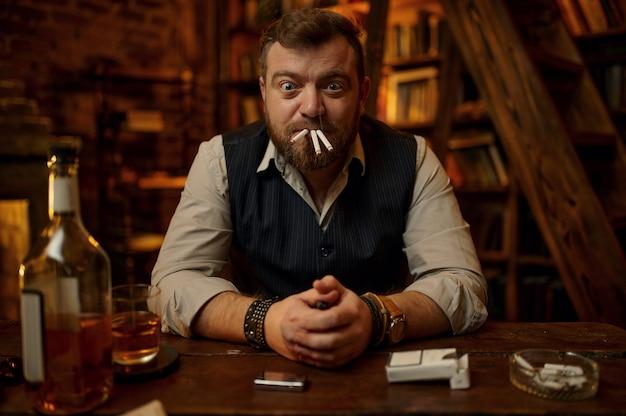 Сумасшедший человек курит три сигареты одновременно, старинный офисный интерьер на фоне. культура табакокурения, специфический аромат. вредная привычка и зависимость