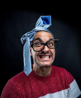 Сумасшедший человек с галстуком на голове веселится на корпоративной вечеринке. концепция офиса и корпоративной вечеринки.