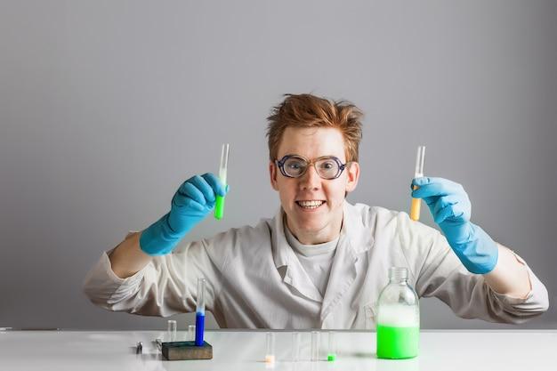 미친 과학자 화학자가 플라스크를 선택