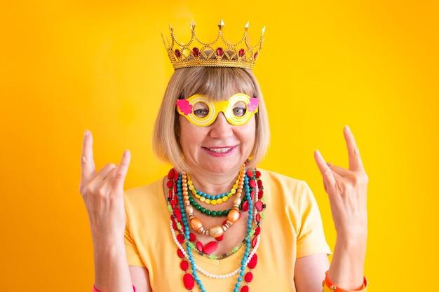 미친 시니어 여자 펑키 액션 미소 해피 스마일 노인들 노년의 행복 새로운 노인