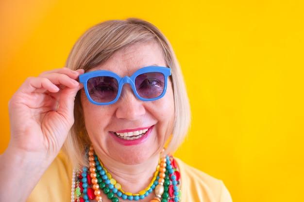 세련된 옷과 색안경 컨셉으로 노는 미친 시니어 여성