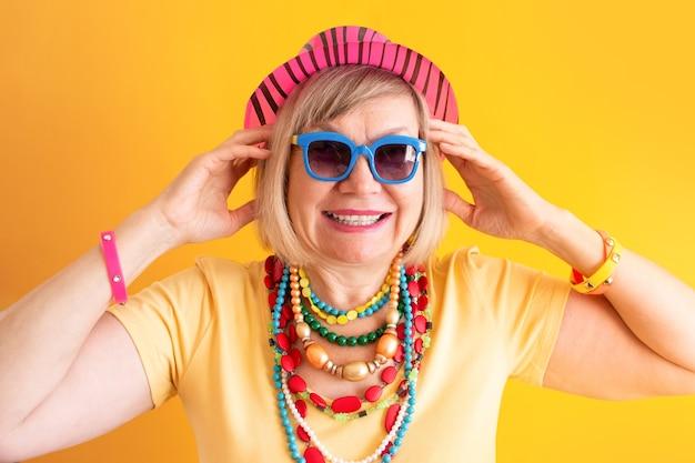 미친 수석 여자 미소 노란색 배경에 행복 웃는 노인