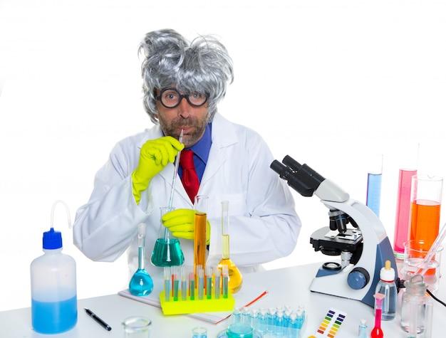 化学実験を飲んでクレイジー愚かなオタク科学者