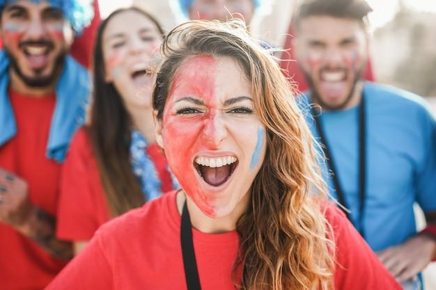 팀을 지원하면서 비명을 지르는 미친 스포츠 팬-중심 소녀에 집중
