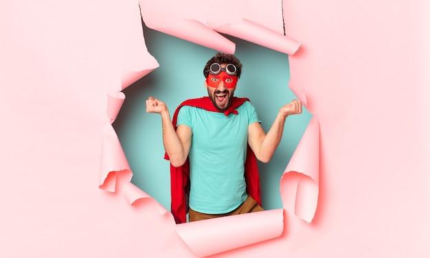 クレイジーなスーパー ヒーローの男。勝者のように勝利を祝う