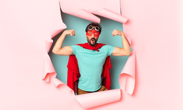 クレイジーなスーパーヒーローの男。勝者のように勝利を祝う