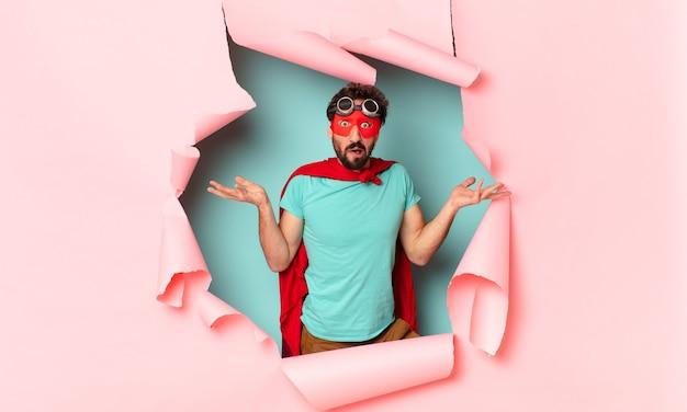 クレイジーなスーパーヒーローの男が表情を混乱させる