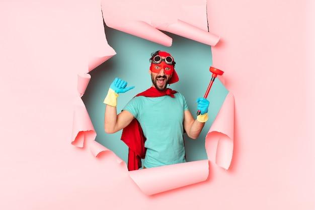 Сумасшедший супергерой человек, счастливо и гордый концепцией домашнего хозяйства