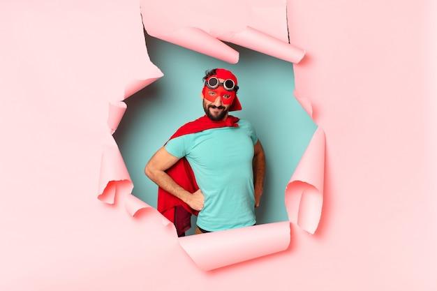 Сумасшедший супергерой человек счастлив и горд