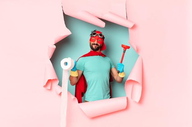 Сумасшедший супергерой человек счастливое и удивленное выражение концепции домашнего хозяйства