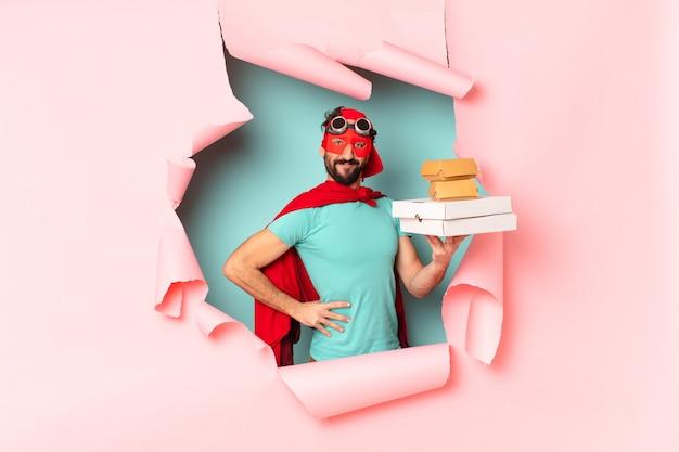 Сумасшедший человек-супергерой. счастливое и удивленное выражение. забрать концепцию быстрого питания