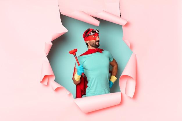 Сумасшедший человек-супергерой. гордое выражение. концепция домашнего хозяйства
