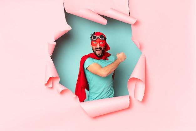 クレイジーなスーパー ヒーローの男の誇らしげな表情