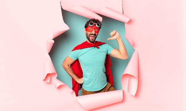 クレイジーなスーパーヒーローの男誇らしげな表現