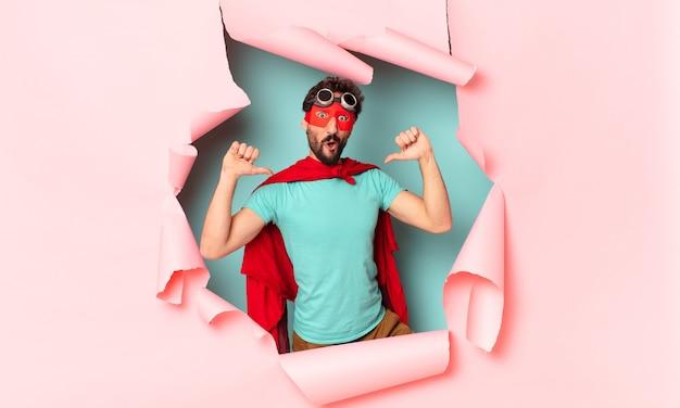 Сумасшедший супергерой человек гордое выражение