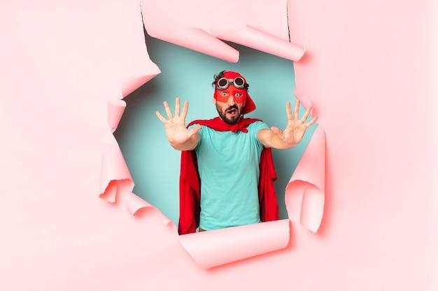 クレイジーなスーパーヒーローの男は恐怖の表情を怖がらせた