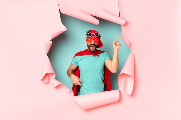 クレイジーなスーパーヒーローの男。ショックを受けた、または驚いた表情