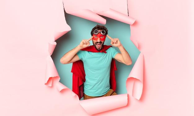 クレイジーなスーパーヒーローの男。表現を考えたり疑ったりする